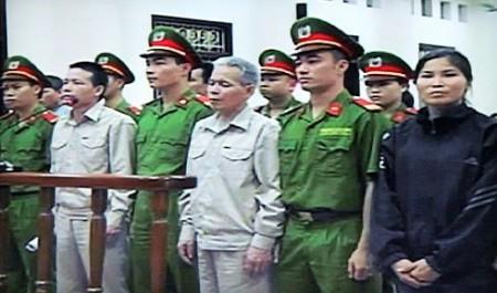 Bị cáo Đoàn Văn Vươn, Đoàn Văn Sịnh, Phạm Thị Báu (từ trái qua) trong phiên sơ thẩm. Ảnh chụp từ màn hình phiên sơ thẩm