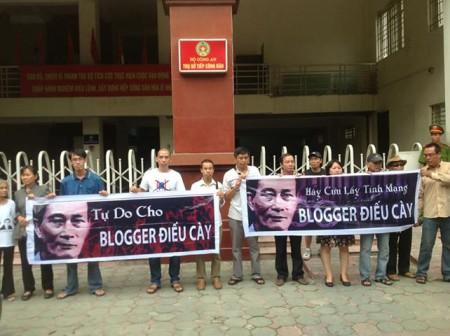 Nhóm ủng hộ Điếu Cày chăng biểu ngữ trước cửa bộ Công An