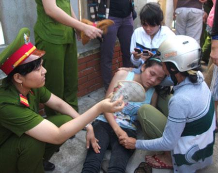 Người thân bà Nguyễn Thi Bương đau đớn trước cái chết đột ngột của bà.