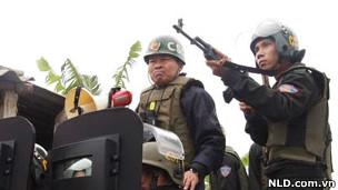 Ông Ca (trái) chỉ huy cuộc đàn áp cưỡng chế anh em Đoàn Văn Vươn để chỉ huy vụ cưỡng chế năm 2012 tại Tiên Lãng.  [8]