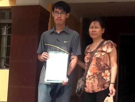 Anh Dũng và bà Tân nộp đơn lên VKS Nghệ An, ngày 22.07.2013 – Ảnh Facebook