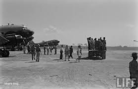 Bỏ phiếu bằng tầu (bay) tại phi trường Gia Lâm
