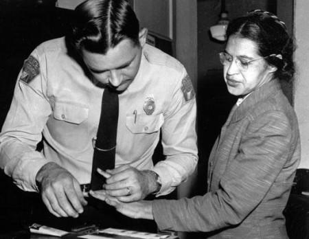 Rosa Parks bị bắt khi không chịu nhường ghế.