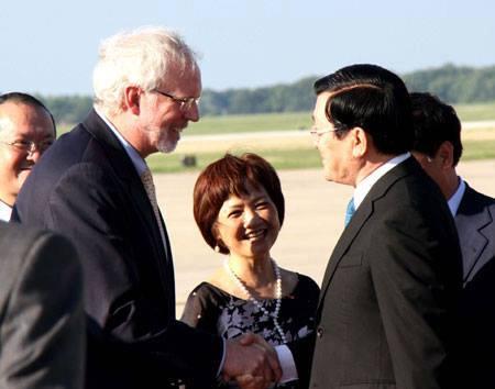Ảnh: Đại sứ Việt Nam David Sheare. đón chủ tịch Sang tại sân bay quân sự Adrew,