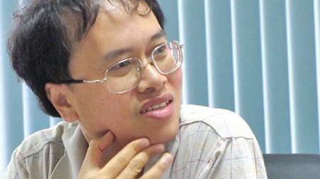 Giáo sư Đàm Thanh Sơn tốt nghiệp đại học tại Nga năm 1991, sau đó sang Mỹ nghiên cứu từ năm 1999.
