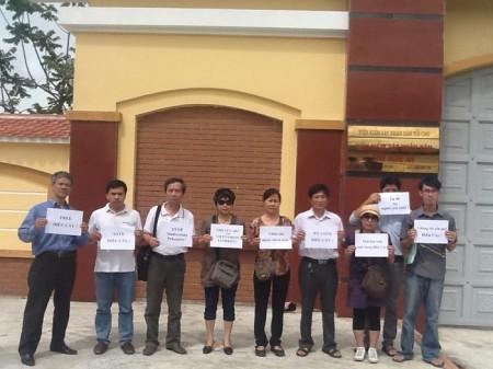 Các blogger Hà Nội cùng thân nhân Điếu Cày chụp hình trước VKS Nghệ An – Ảnh Facebook