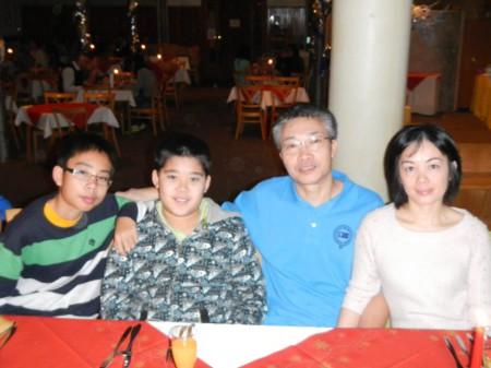 Ông Uyển cùng vợ và 2 con. Ảnh Facebook Phạm Hữu Uyển