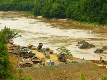 Việc xây đập Xayaburi ngăn 90% dòng nước và có nguy cơ ngăn các loài cá lên thượng nguồn đẻ trứng - International Rivers