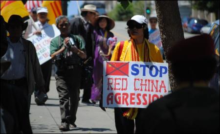 Để phản đối Bắc Kinh lấn biển và ủng hộ việc Philippines kiện Trung Quốc ra toà án quốc tế. Ảnh và chú thich của Bùi Văn Phú.