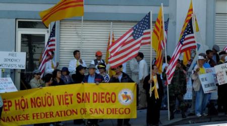 Khoảng 200 người, một số từ Quận Cam và San Diego đi xe đò qua đêm lên San Francisco tham gia biểu tình. Ảnh và chú thich của Bùi Văn Phú.