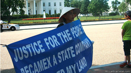 Bà Lý Lệ Hoa biểu tình một mình ở cả trước Tòa Bạch Ố