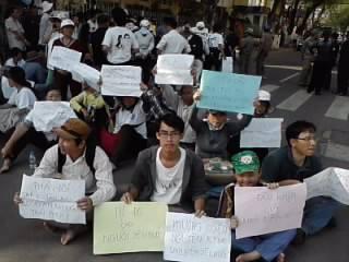 Cuộc biểu tình mini bên ngoài phiên xử