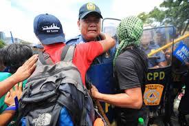 Cảnh sát Philippines khóc khi ngăn người biểu tình