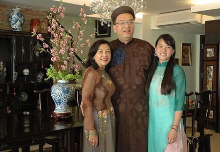 Ông Lê Thành Ân cùng vợ và con gái tại tư gia khi công tác ở TP HCM. Ảnh: Người Lao động