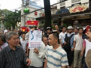 Ông Lê Hiếu Đằng trong lần tham gia biểu tình với các bạn trẻ (mùa hè 2011)