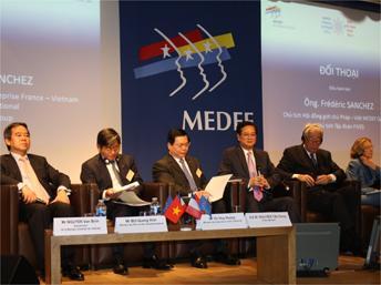 Thủ tướng Việt Nam Nguyễn Tấn Dũng (thứ ba từ phải qua) trong cuộc đối thoại với các doanh nghiệp Pháp, tại trụ sở MEDEF, Paris, 25/09/2013 RFI/Thanh Phuong