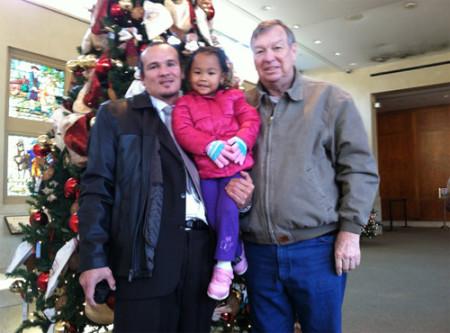 Cường Lưu bên con gái và người cha Mỹ đã tìm lại được Jack Magee. Ảnh: NY Times