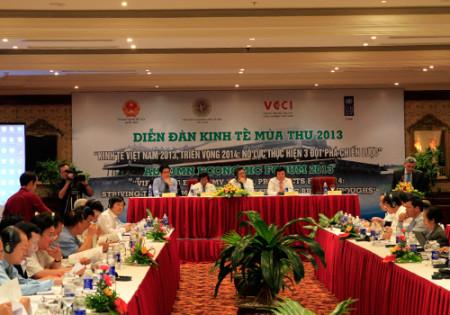 Các chuyên gia thảo luận giải pháp để thúc đẩy tăng trưởng kinh tế trong trung hạn. Ảnh: Nguyễn Đông