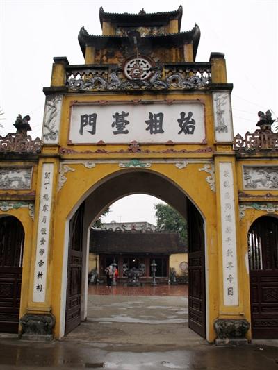 Cổng đền thờ Kinh Dương Vương có bốn chữ Hán đắp nổi THỦY TỔ ĐÀI MÔN,  ảnh: Thọ Bình, Bá Kiên, theo tienphong.vn