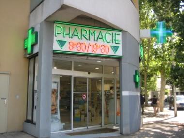 Cách vài ba con đường là có một nhà thuốc tây (Pharmacie)