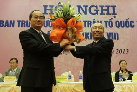 Phó thủ tướng Nguyễn Thiện Nhân và nguyên Chủ tịch Mặt trận Tổ quốc Huỳnh Đảm tại hội nghị sáng nay. Ảnh: Nguyễn Hưng