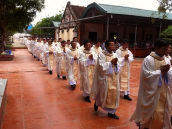 Thánh lễ ngày 16/09/2013 tại Đền thánh Antôn Trại Gáo, giáo xứ Mỹ Yên, thuộc giáo phận Vinh, Việt Nam. thanhnienconggiao.blogspot.com