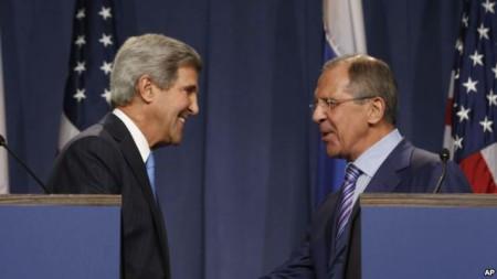 Ngoại trưởng Mỹ John Kerry bắt tay với Ngoại trưởng Nga Sergey Lavrov trong cuộc họp báo tại Geneva trước khi hai ông thảo luận về cuộc khủng hoảng đang diễn ra tại Syria, ngày 12/9/2013.