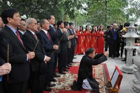 Phó Thủ tướng Nguyễn Thiện Nhân cùng các đại biểu dâng hương tưởng niệm Đức Thủy tổ Kinh Dương Vương. Ảnh: dangcongsan.vn -