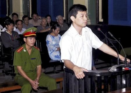 Trần Huỳnh Duy Thức trước  tòa