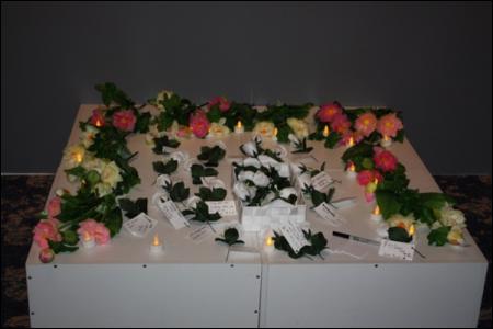 Những đóa hồng trắng tưởng niệm thuyền nhân Việt Nam (Nguồn: Liverpool City Library)