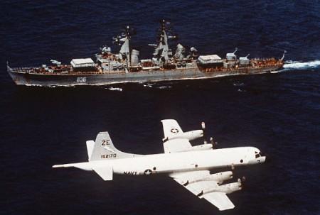 Máy bay trinh sát P-3A của Mỹ bay trên chiến hạm Varyag của Liên Xô năm 1987