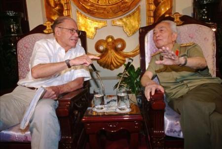 Đại tướng Võ Nguyên Giáp và tướng McNamara 1995 tại Hà Nội