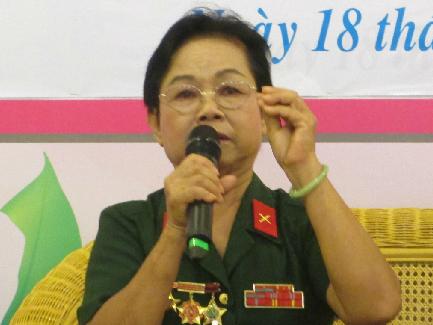Cựu biệt động Sài Gòn Thu Nguyệt kể chuyện hoạt động cách mạng năm xưa, trong buổi giao lưu hôm 18/10 tại Nhà văn hóa Phụ nữ TP HCM. Ảnh: B.T.