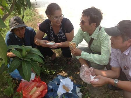 5 người, trong đó có Bùi Thị Minh Hằng cùng lên trại thăm Hạnh