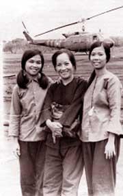 Bà Nguyệt (người đầu tiên từ trái qua) tại sân bay Lộc Ninh, 1974. Ảnh: CAND