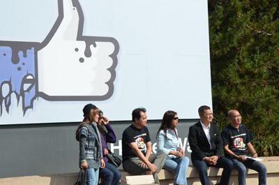 Sáu người trong nhóm đến trụ sở Facebook để chuyển thư bà Kim Liên, mẹ Đinh Nhật Uy. (Hình: Thiên An/Người Việt)