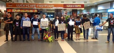 Các bạn No-U ra đón Lân Thắng. Ảnh FB Nghiêm Việt Anh