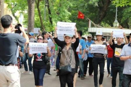 Lê Phương Anh (đi ở giữa) trong 1 lần biểu tình.