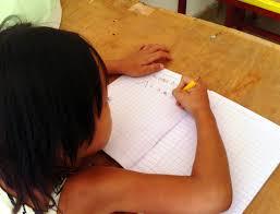 Một bé học tiếng Việt ở Xiêm Riệp