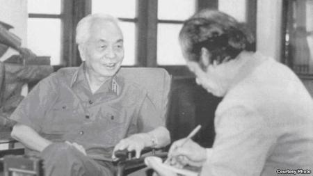 Tướng Võ Nguyên Giáp và nhà báo Bùi Tín.