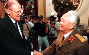 Cựu Bộ trưởng Quốc phòng Mỹ Robert McNamara bắt tay Đại tướng Võ Nguyên Giáp tại Hà Nội, ngày 9/11/1995.