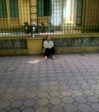 Mẹ LS Quân không được vào trong tòa, ngồi bệt bên ngoài tòa án
