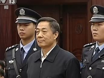 Ông Bạc Hy Lai được chỉ định làm Chủ tịch suốt đời đảng Trí Hiến. Trong ảnh: ông Bạc (G) tại phiên phúc thẩm, 25/10/2013) AFP PHOTO / CCTV
