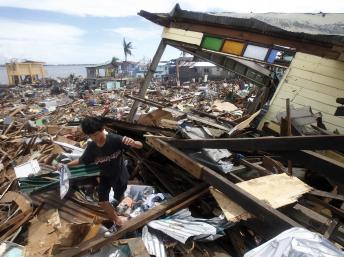 hành phố Tacloban sau trận bão Haiyan - REUTERS /R. Ranoco
