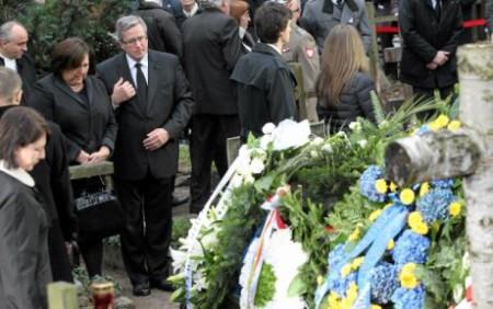 Vợ chồng tổng thống đương nhiệm - Komorowski - trong đám tang. Ảnh Gazeta.pl