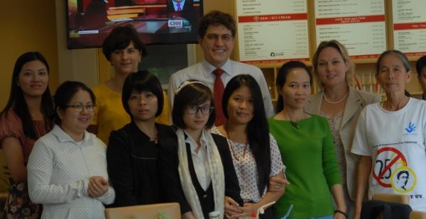Cuộc gặp gỡ với bà Jenefer và hai đồng sự, Đại Sứ Quán Hoa Kỳ tại Hà Nội ngày 18/11/2013