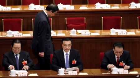 ng Bạc Hy Lai đi phía sau ông Chu Vĩnh Khang, người đứng đầu ủy ban chính pháp, Phó thủ tướng Lý Khắc Cường, và người đứng đầu cơ quan tuyên truyền Lý Trường Xuân