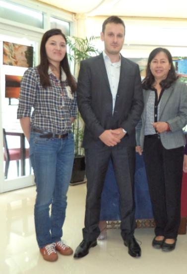 Jean Phillipe Gavois chụp ảnh kỷ niệm cùng Huỳnh Thục Vy và Dương Thị Tân