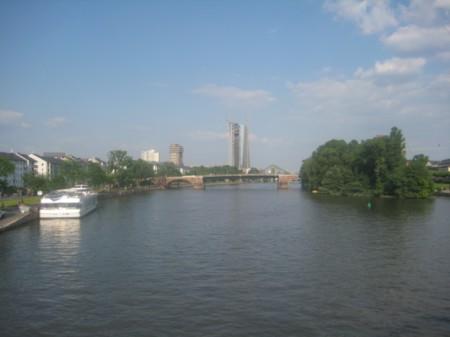 Ngân hàng Trung ương Liên-Âu (đồng €) – Frankfurt. Tòa nhà cao giữa hình.