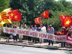 Biểu tình chống Tàu trước Lãnh sự quán Trung-cộng ở Hamburg, 16.07.2011 – Ảnh: Gocomay